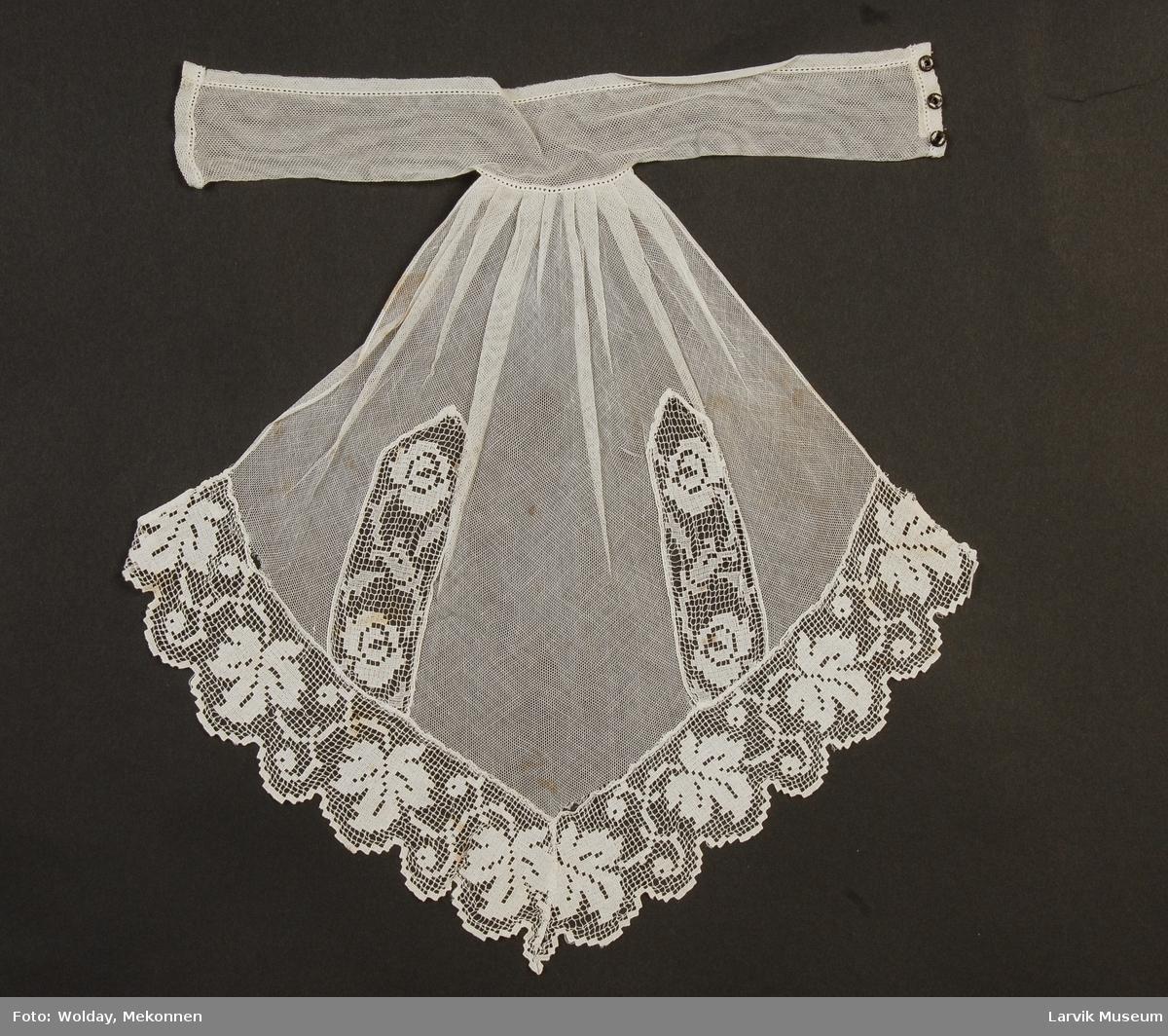 Form: bryststykkepryd.,trykknapper,rynket v halslinn.