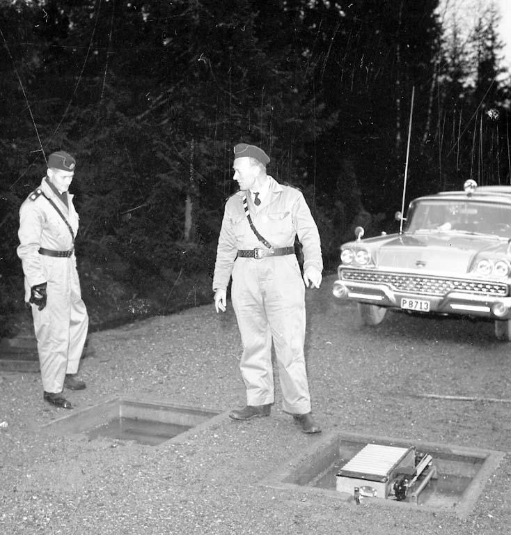 """Enligt notering: """"Statspolisen väger bilar Nov -60""""."""