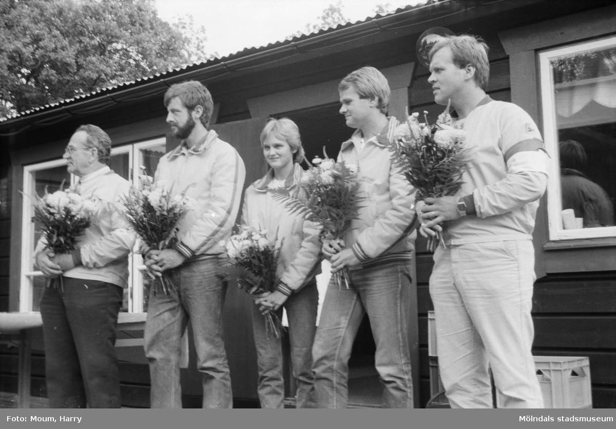 Bågskyttar hyllades med gåva och blommor i Lindome, år 1984.  För mer information om bilden se under tilläggsinformation.