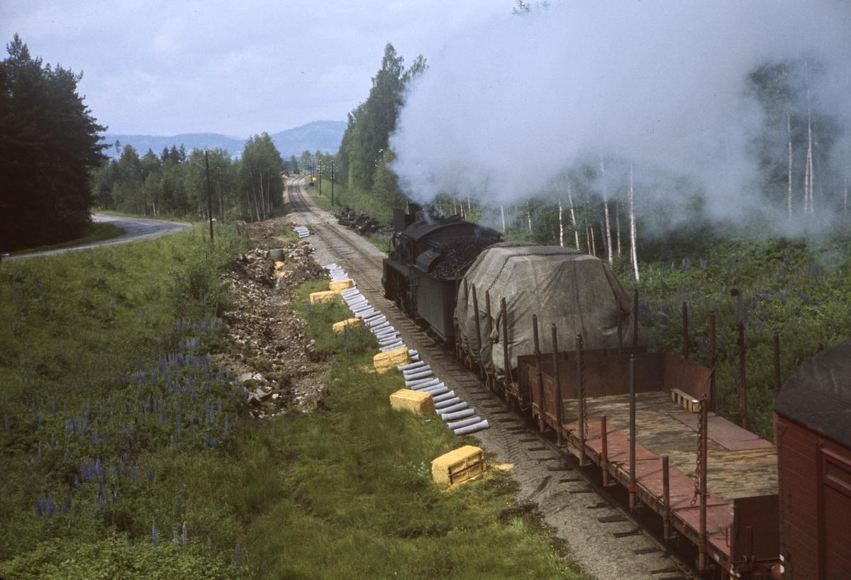 Godstog på Solørbanen nær Grønland holdeplass mellom Hasle og Våler, trukket av damplok type 26c