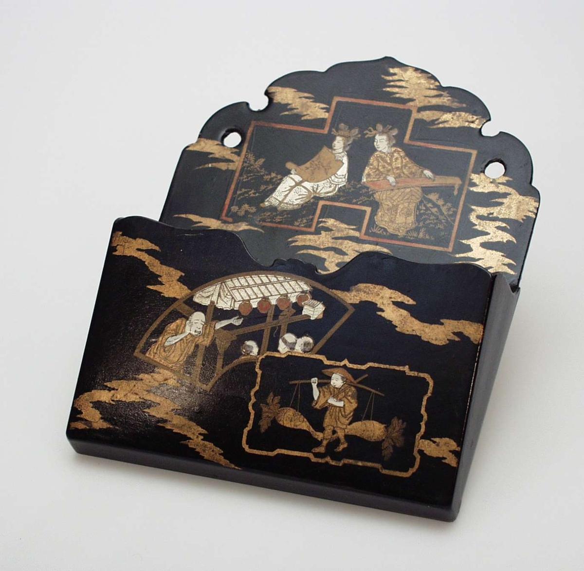 Lakkarbeid dekorert med kinesiske figurer. Utskåret for- og bakstykke, buet kant.