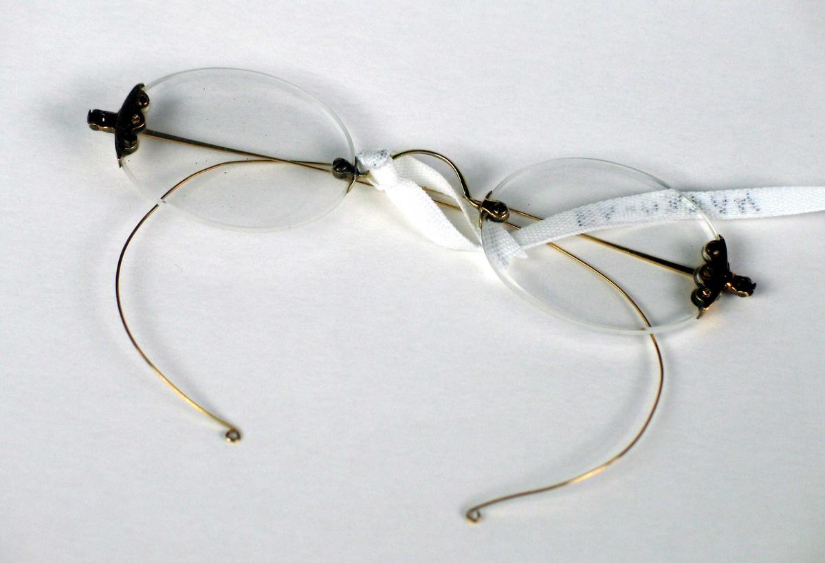 Brille uten innfatning, kun feste over nesen og i siden med tynne stenger.
