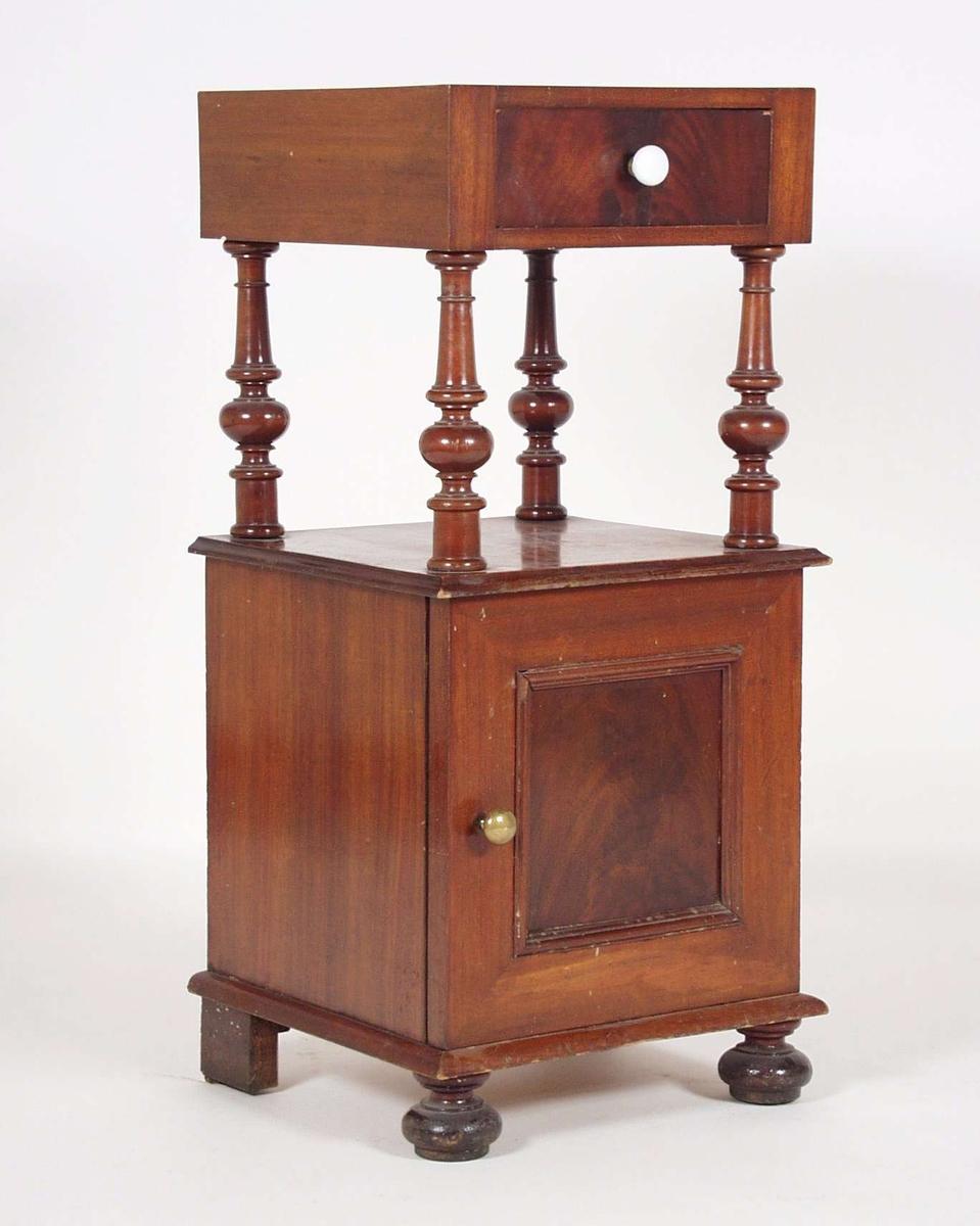 Nattbordet er av tre, gran, furu og mahognyfinèr. Nattbordet har skap og skuff på fire dreide søyler. Skuffen har porselensknott og skapet har messingknott. Til bordet hører marmorplate, men denne mangler.