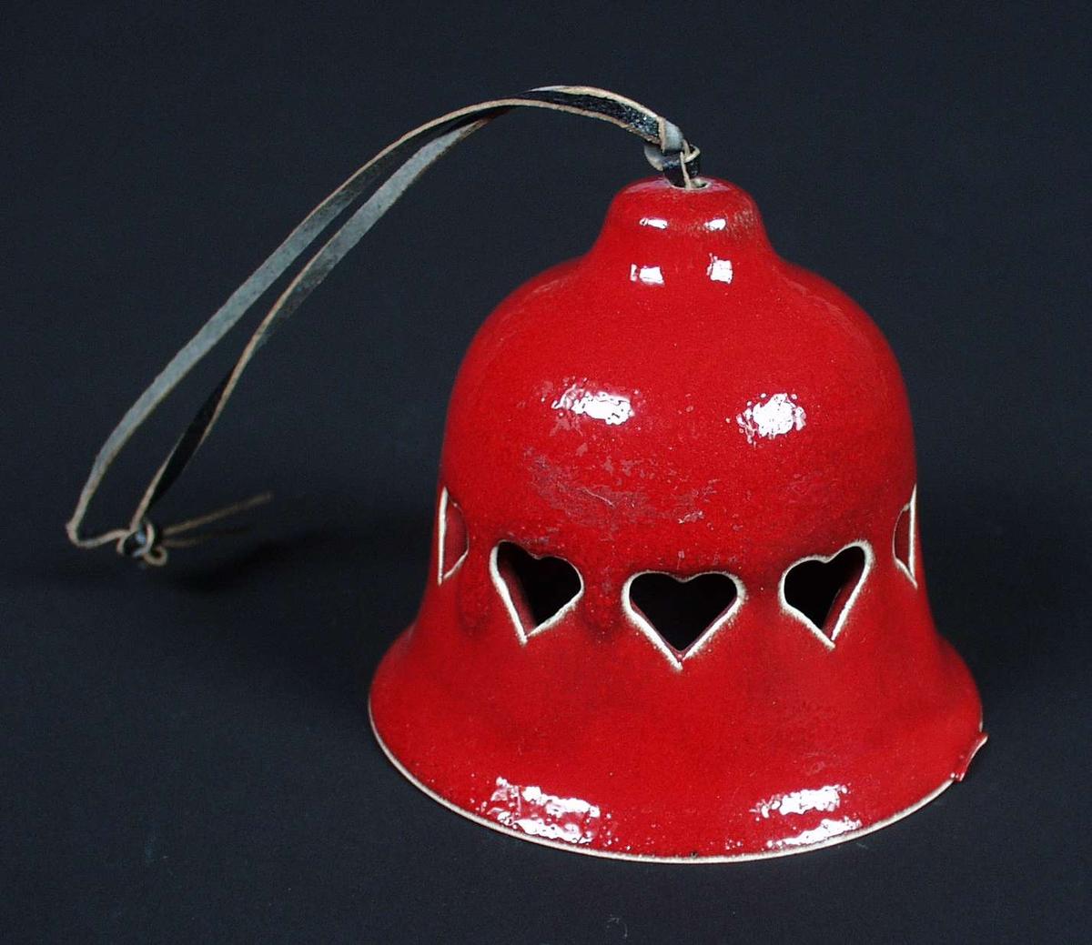 Rød bjelle i keramikk med hjerter. Skinnsnor for oppheng.