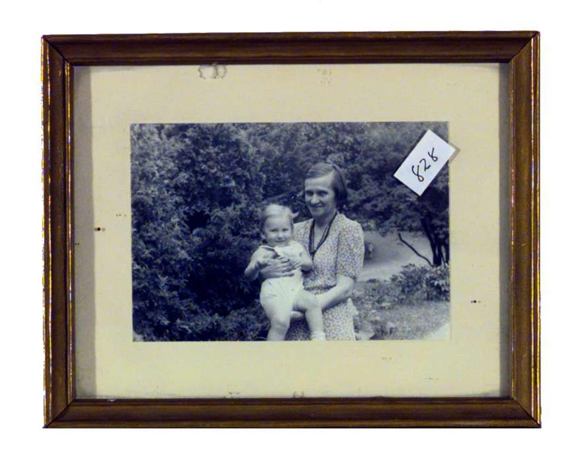 Portrett av Hope Emily Allen med et barn på armen