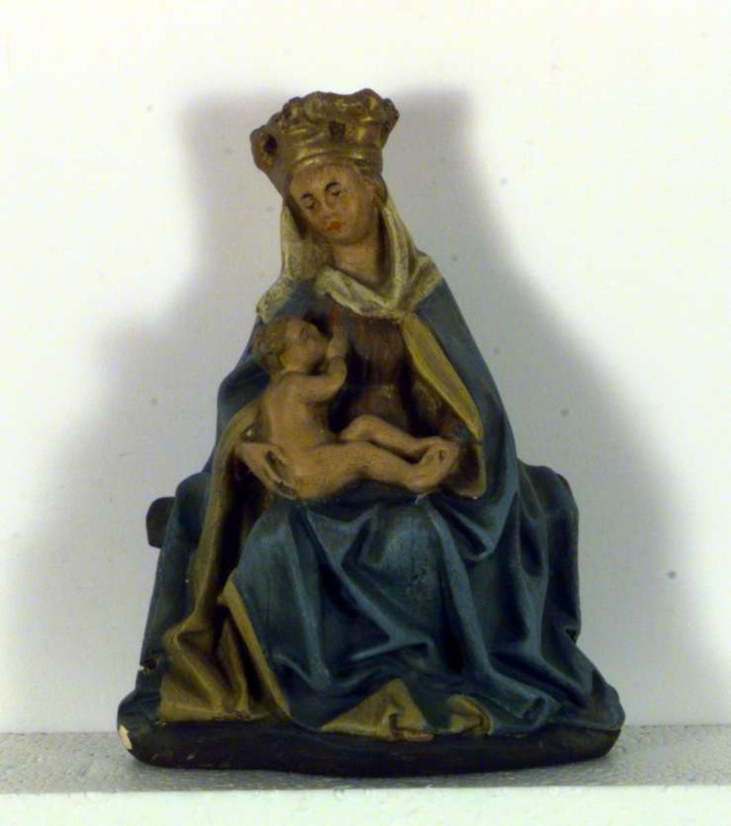 Sittende Madonna med barnet på fanget.