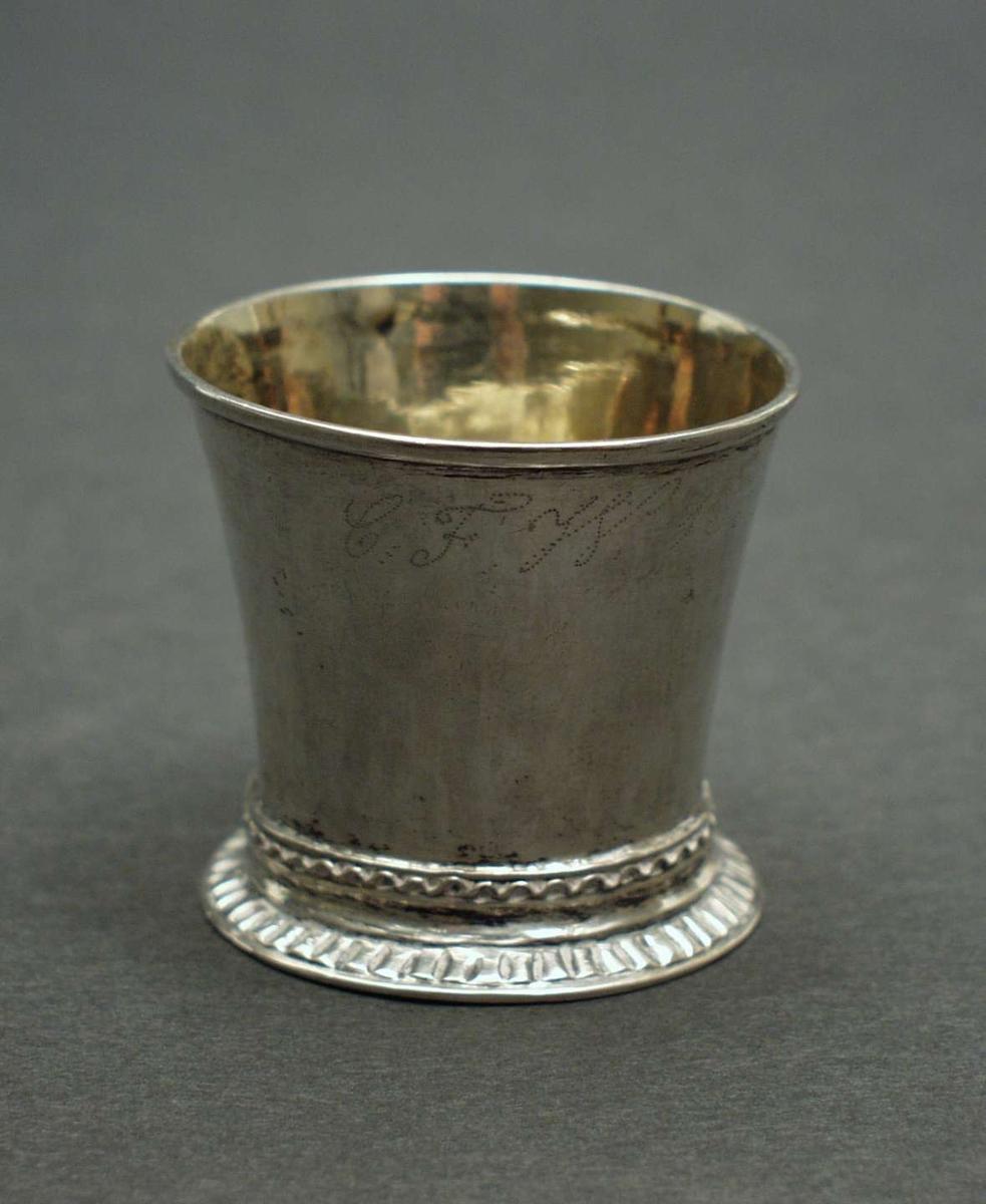 Konisk formet sølvbeger på fot.