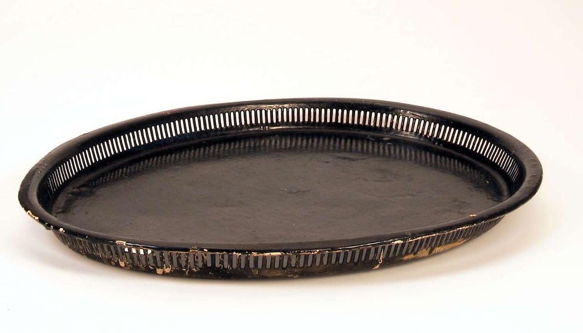 Ovalt brett i metall med gjennombrutte sider. Sort.