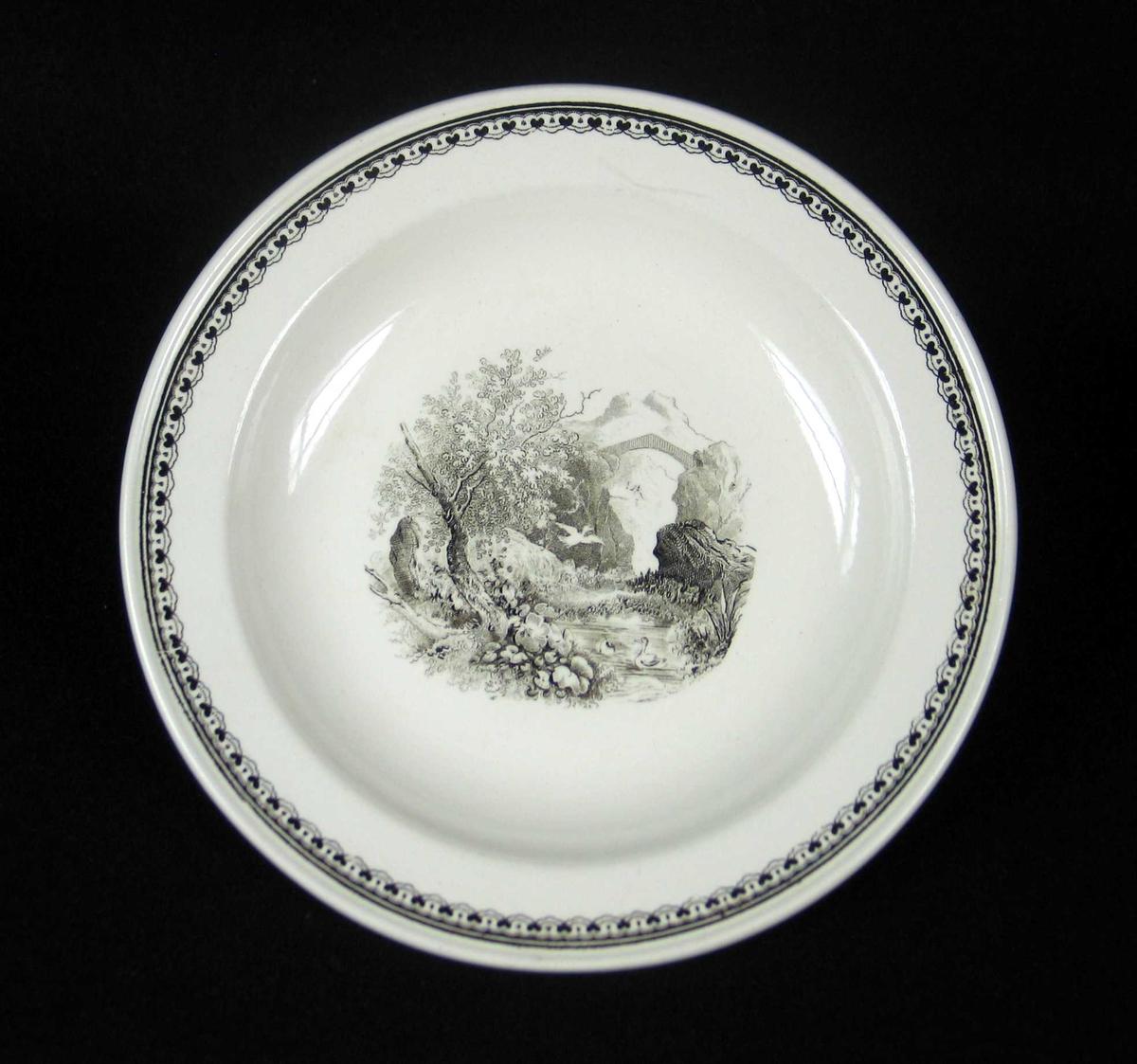 Desserttallerken i offwhite keramikk med sort dekor.