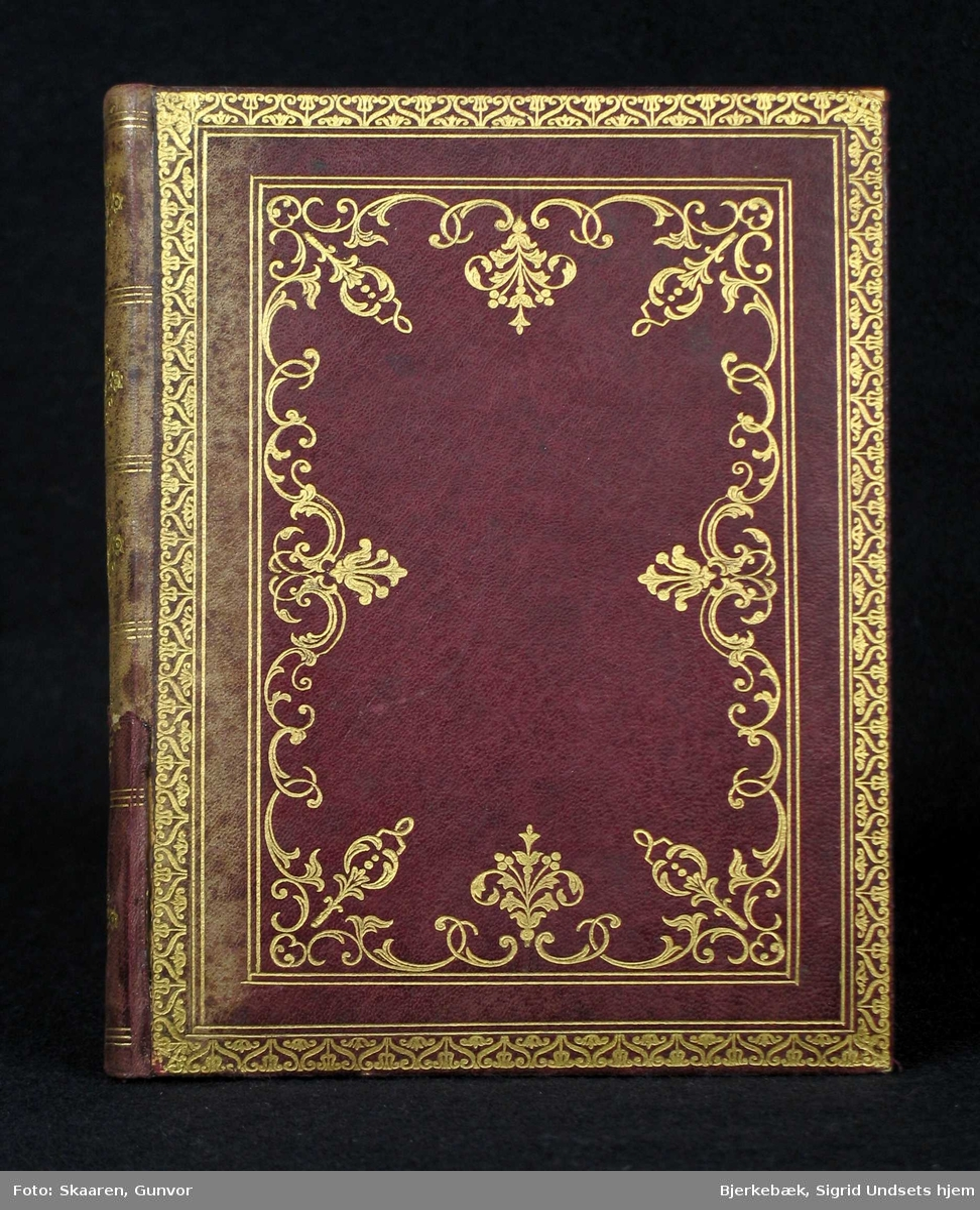 Boken har aubergine perm med forgylt dekor. Arkene er alfabetisk oppdelt fra A til Z.