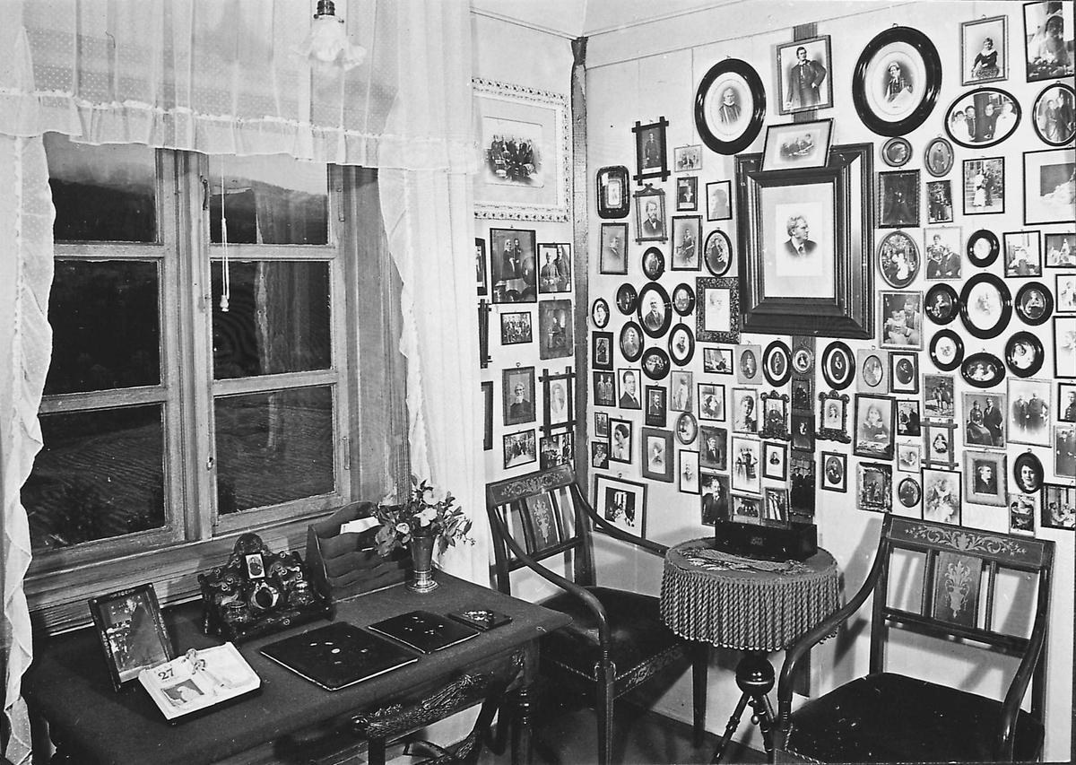 DOK:1973, Aulestad, interiør, Karolineværelse, fotografier, stol, familievegg, skrivebord, postkort,