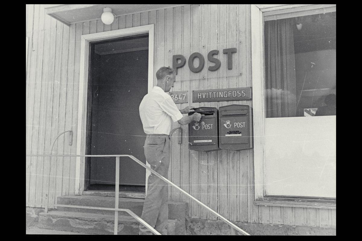 eksteriør, postkontor, 3647 Hvittingfoss, postkasser, mann