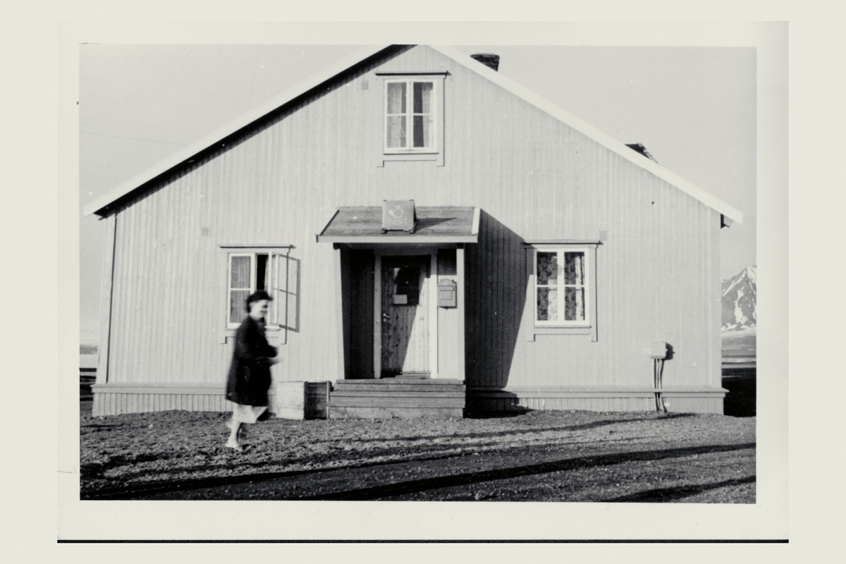 eksteriør, postkontor, 9173 Ny-Ålesund, postkasse, postskilt, kvinne