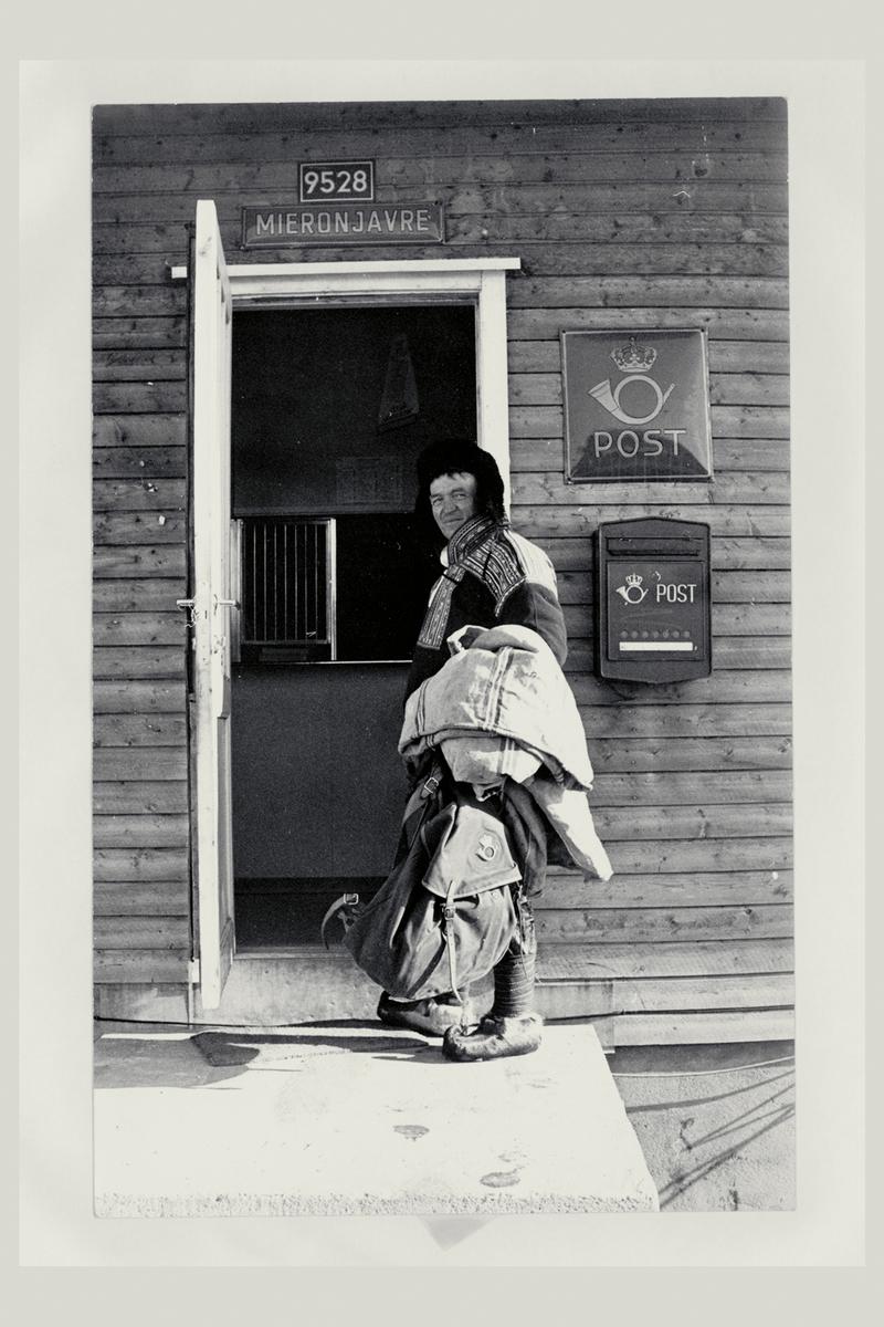eksteriør, postkontor, 9528 Mieronjavre, postskilt, postkasse, postmann, samedrakt, ryggsekk med postlogo