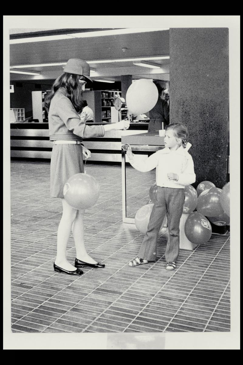 interiør, postkontor, kvinne, jente, ballonger, aksjon