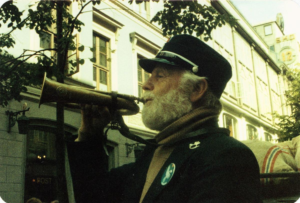 diverse, postdagene 1984, Egertorvet, Hans Veland som postbud med horn