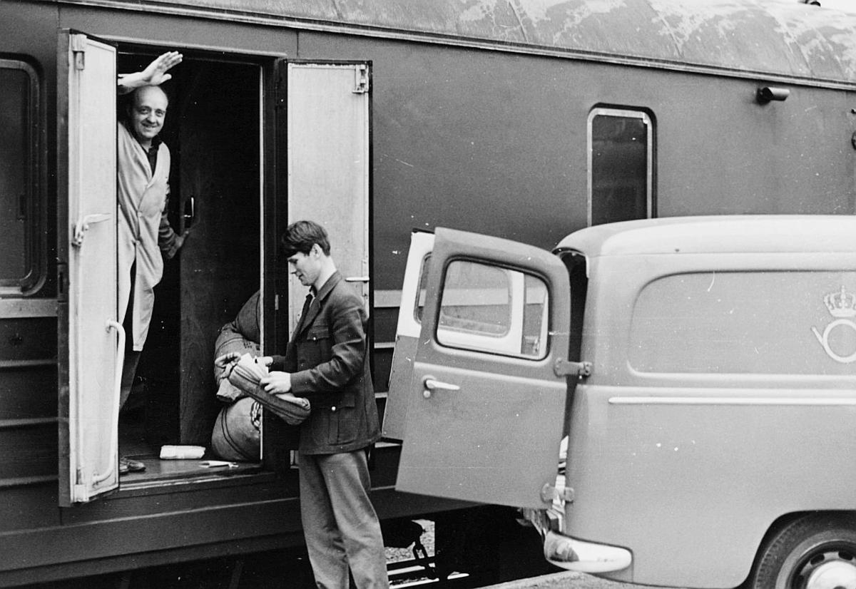 transport, tog, eksteriør, Oslo-Stavanger, postbil, lasting, to menn