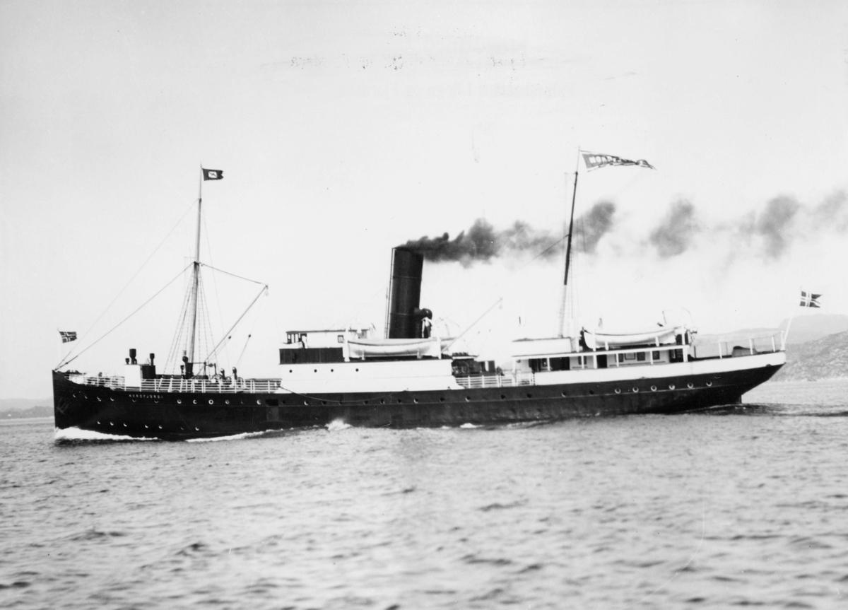"""Laste- og passasjerskip, eksteriør, D/S """"Nordfjord I""""."""