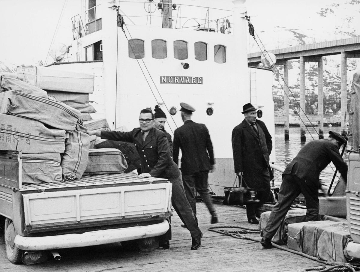 transport, båt Norvarg, Tromsø, bil, lasting, lossing, postsekker, menn