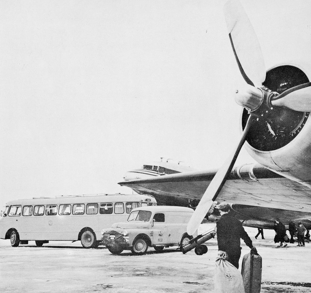 transport, fly, eksteriør, på bakken, postbil, buss, postsekk, mann. Dodge varebil, årsmodell 1951-53.