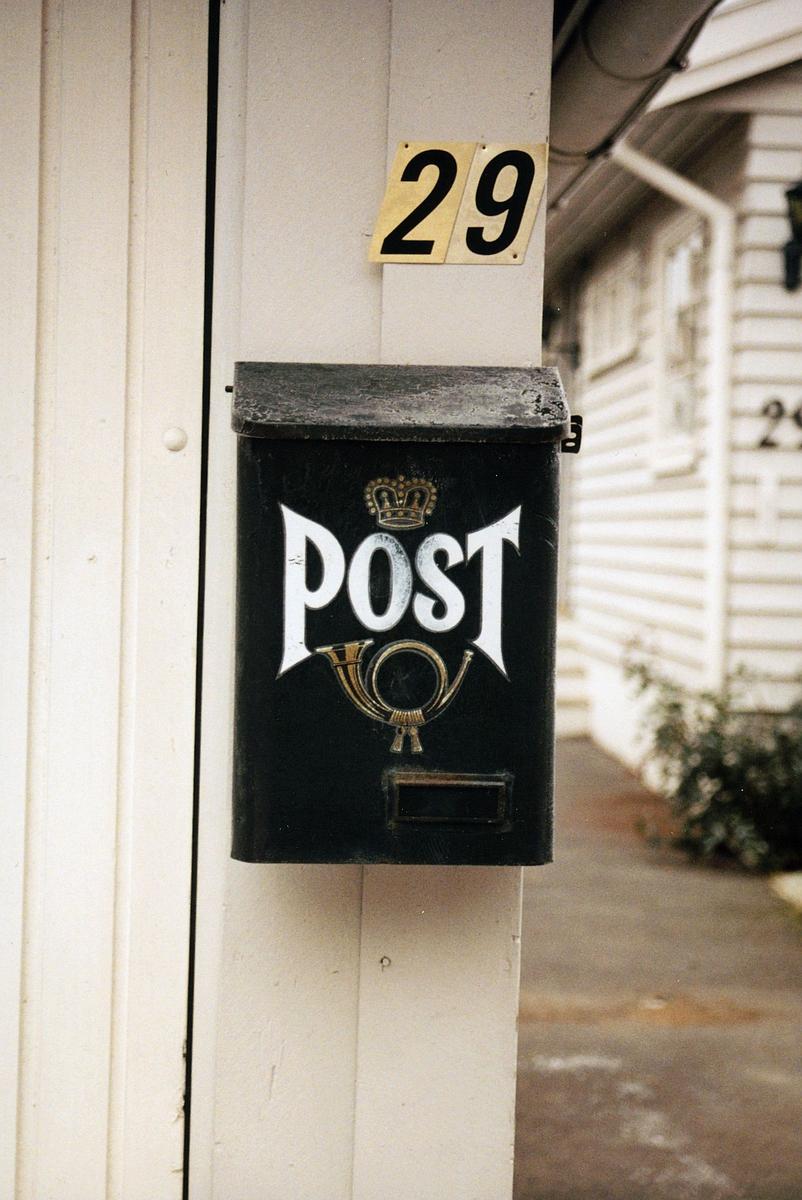 postkasser, grønn kasse med posthorn og krone i gull, post malt i hvit skrift