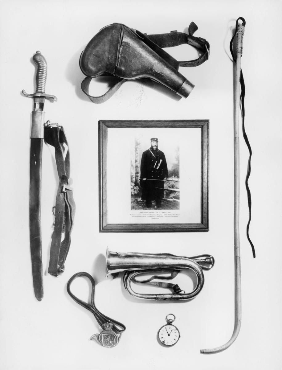 symboler, posthorn, ridepisk, lommeur, drikkeflaske, sabel, bilde av en postfører