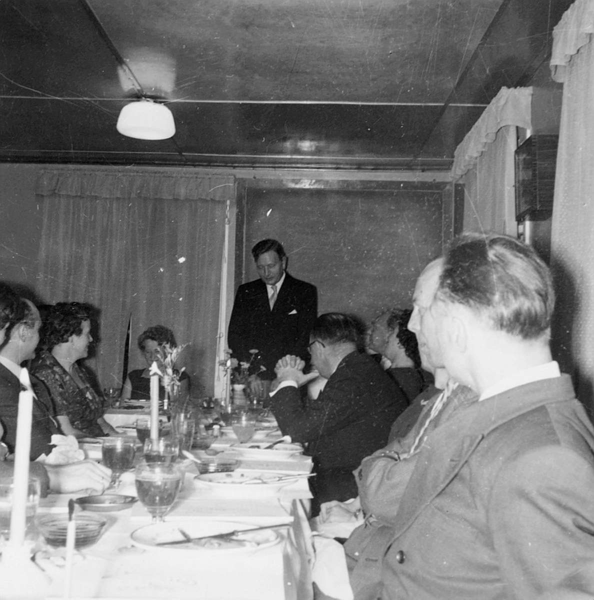 postskolen, avslutningsfest, det videregående kurs for poståpnere, høsten 1960, Olsen taler, interiør
