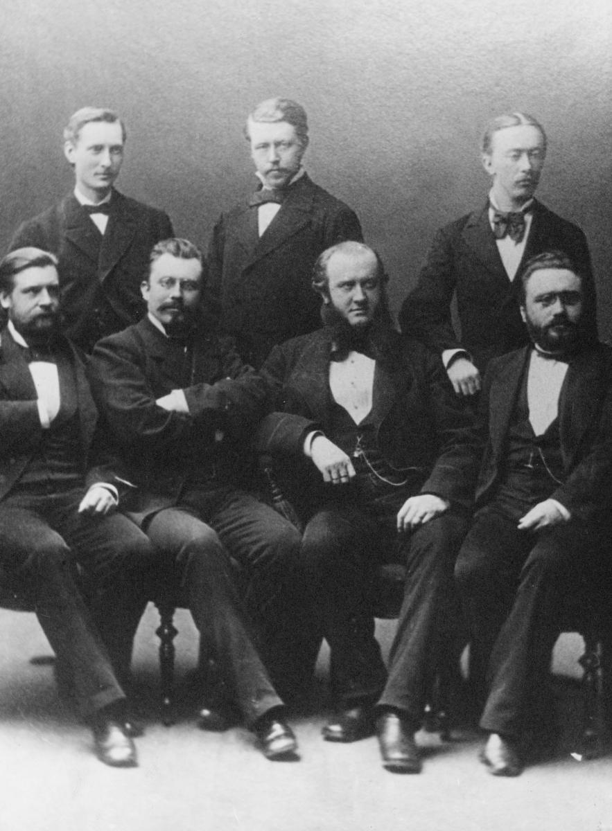 gruppebilde, Postverket, 1ste postadministrasjonskontors personale, sju menn fire sitter og tre står