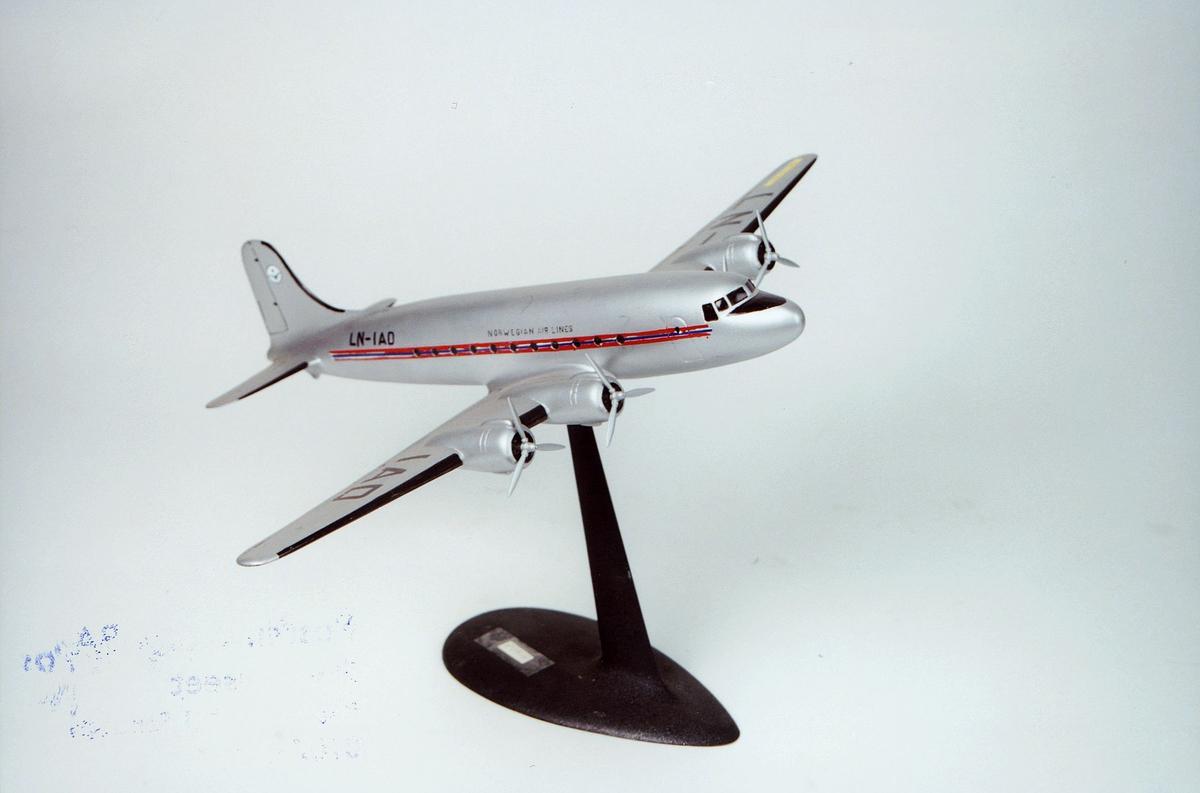 Postmuseet, gjenstander, fly, D.C. 4 Skymaster LN-IAD, modell.
