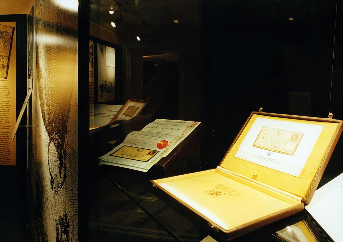 """Postmuseet, utstilling, """"Luftpost i Norge - fra ballong til jet"""", brev, to ballongbrev i monter."""