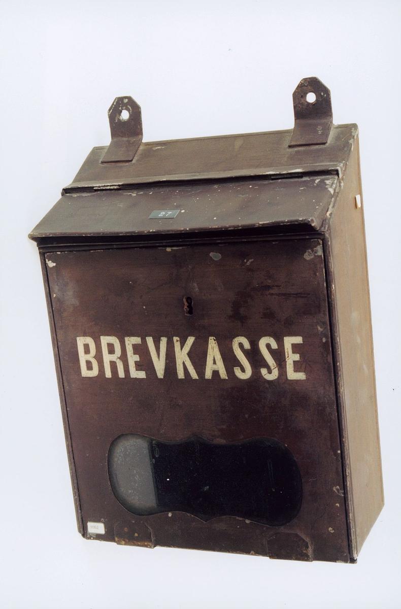 postmuseet, gjenstander, brevkasse, brun med hvit skrift