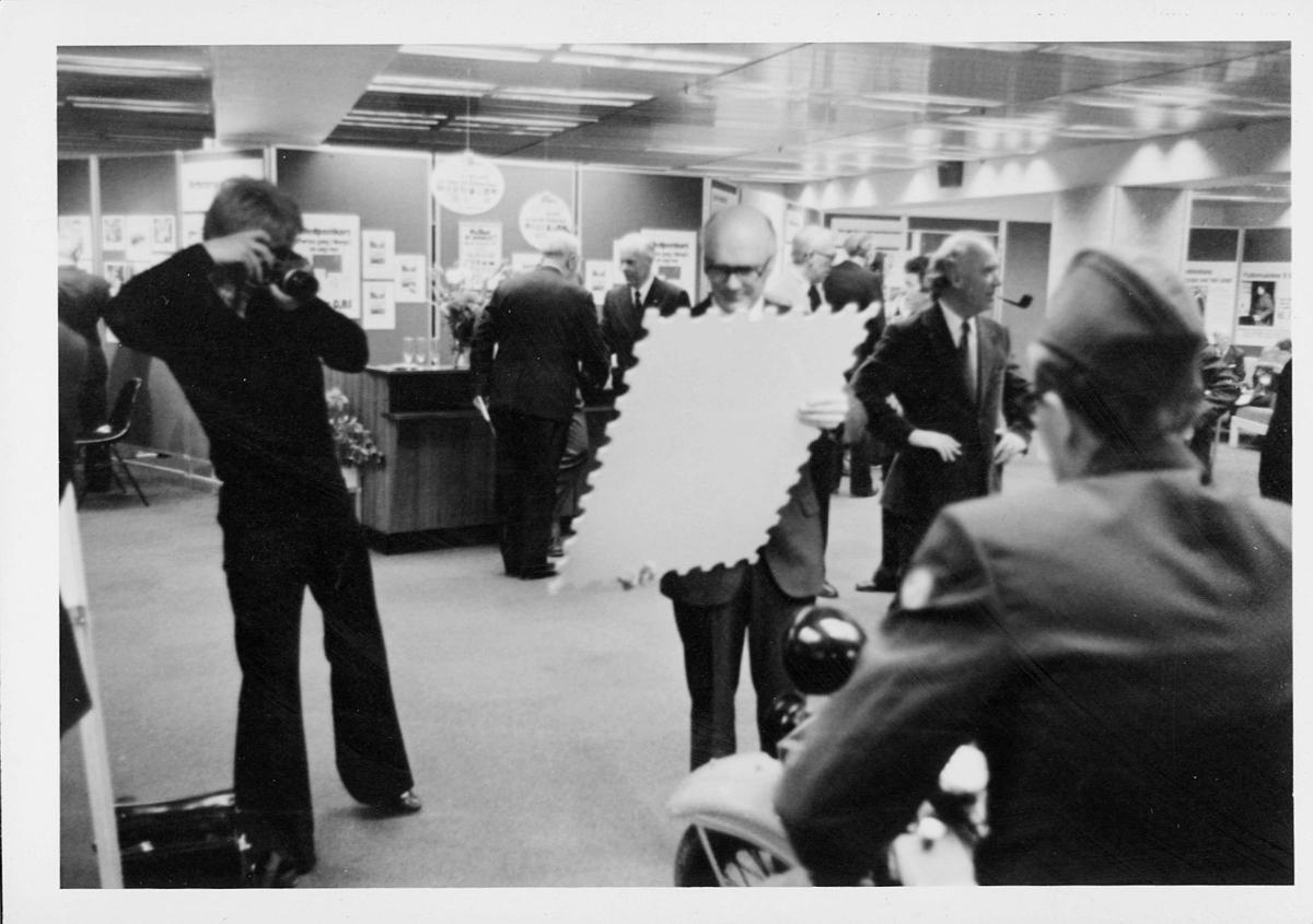 markedsseksjonen, Oslo postgård 50 år, utstilling, fotografering av forstørret frimerke, Magne Karlsen, Bjørn Storberget