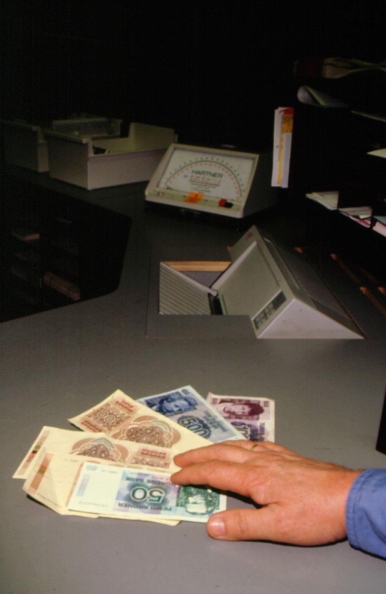 postkontor, skranke, luke, penger