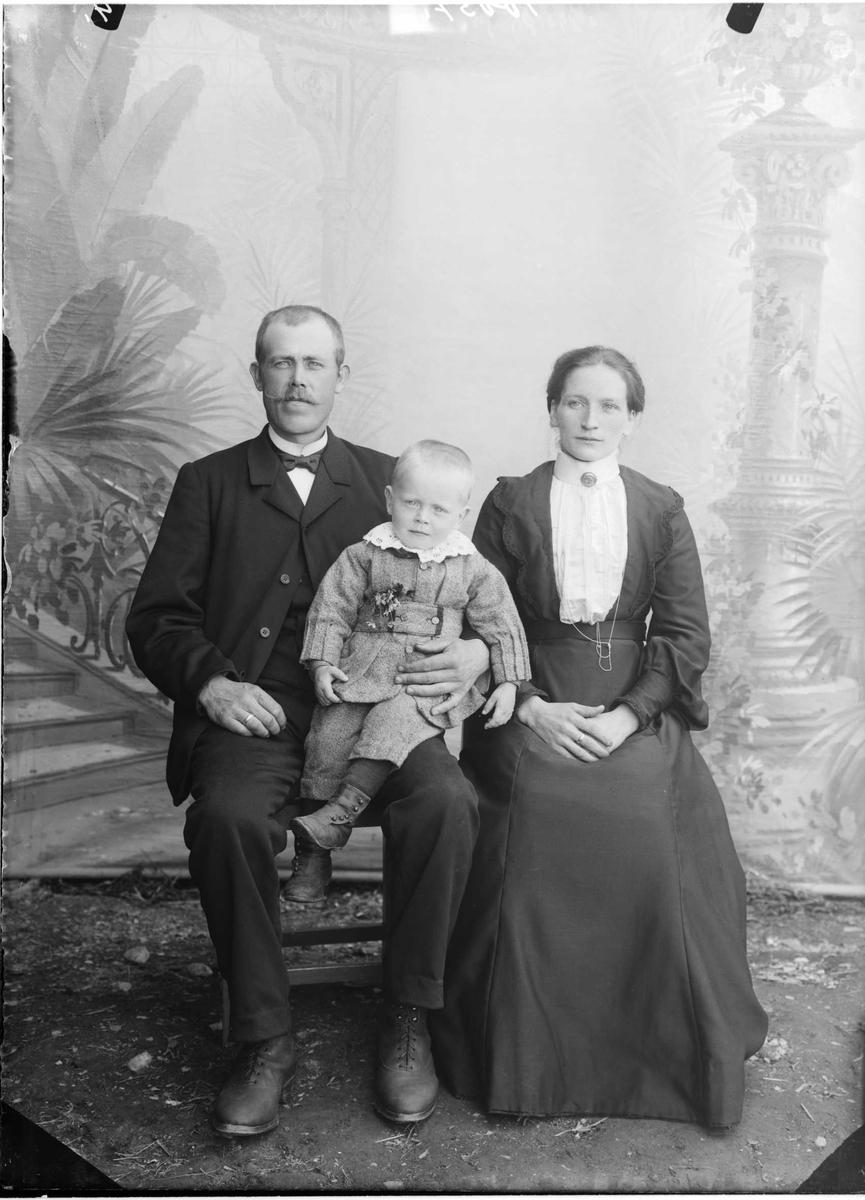24.06.1907. August O. Jørstad med kone Marit og sønn Oskar.
