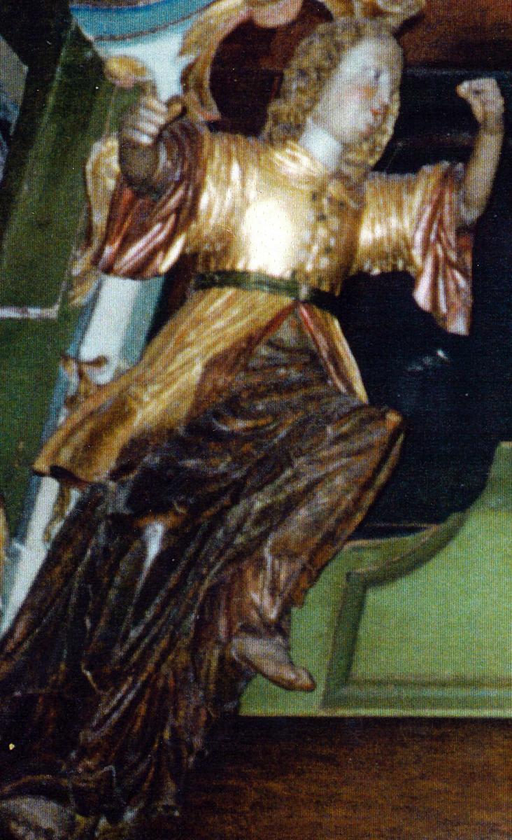 Menneskefigur, høyrevendt, h. ben trukket opp, begge armene strakt frem, langt krøllet hår