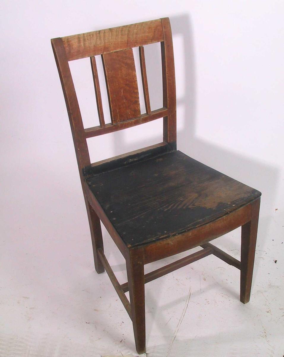 Bjerk, furu sete, ustoppet. Rester av brun  beis/politur. 3 stk. med sortmalt sete   Rette ben, glatt rettavsluttet ryggbrett. Glatt vertikalt midtbrett med en spil på hver side. 2/3  ned til setet. Sargen bak av ask.