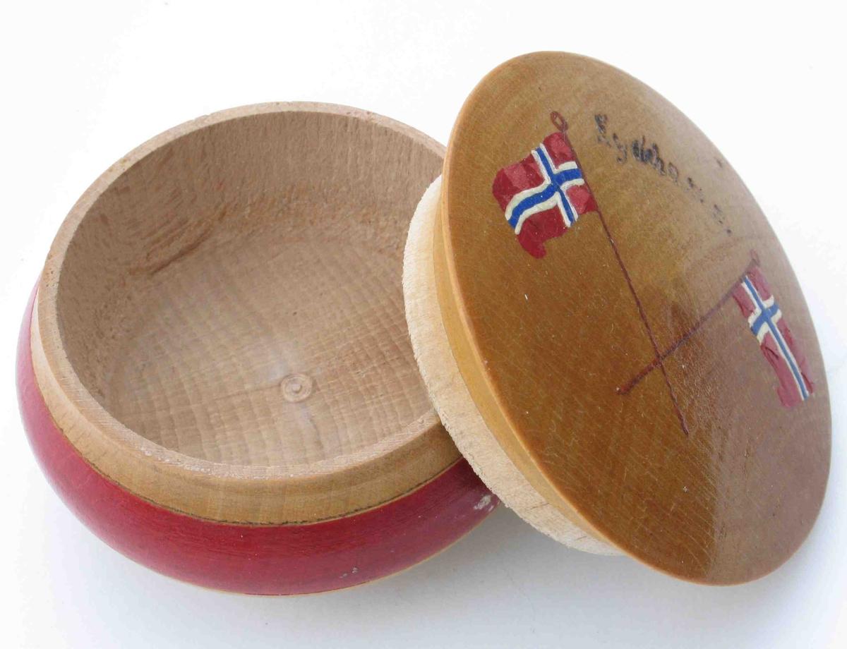 To norske flagg i kors på lokket, sammen med teksten Eydehamn