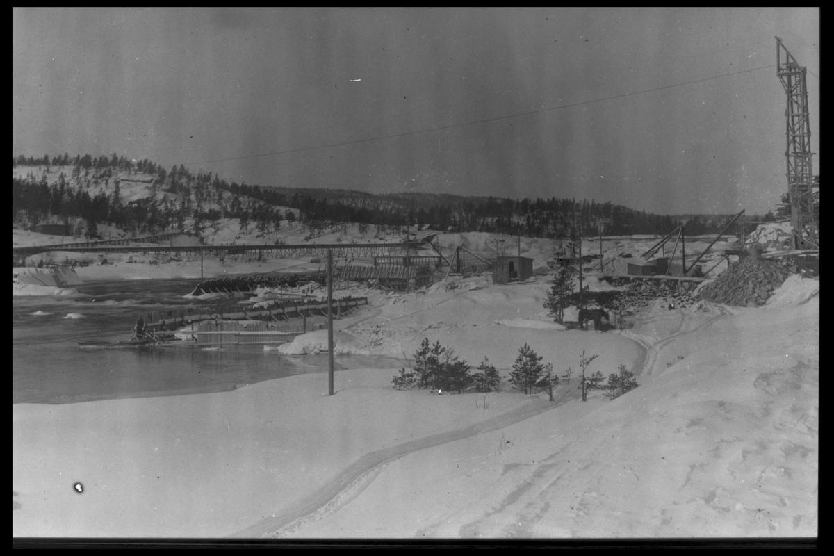 Arendal Fossekompani i begynnelsen av 1900-tallet CD merket 0010, Bilde: 37 Sted: Flatenfoss i 1926 Beskrivelse:  Dammen sett nedstrøms i vinterdrakt