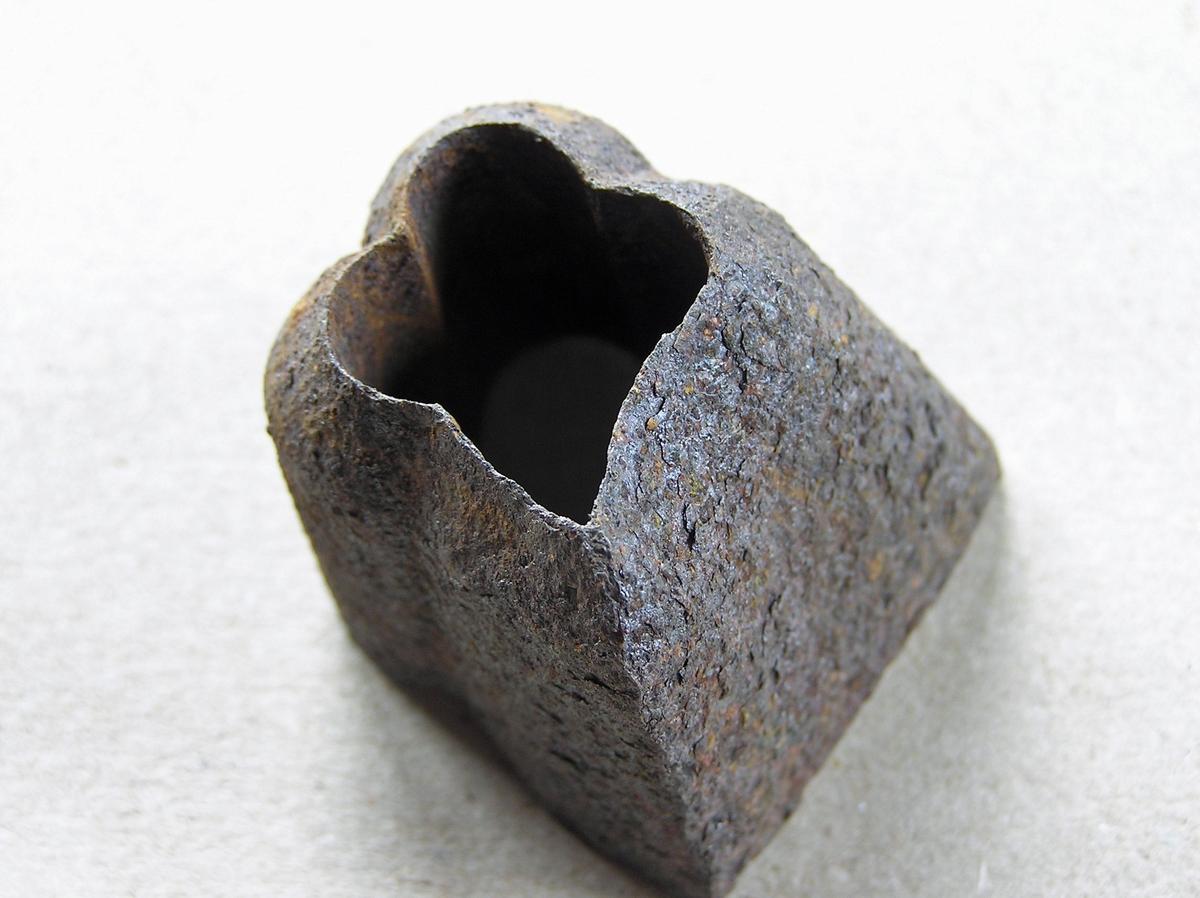 Merke til merkeøks. For merking av tømmer i forbindelse med fløting. Se også EB.07426.