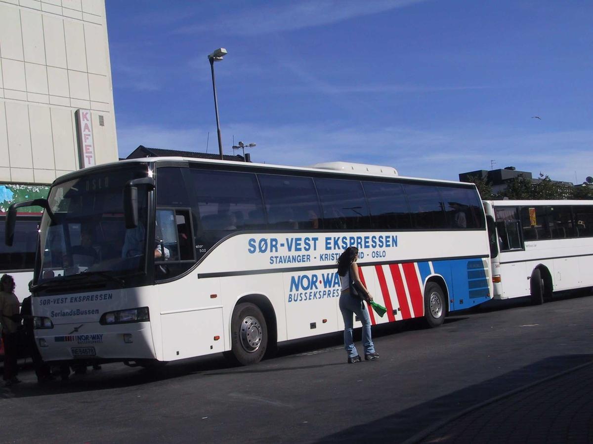 Rutebilstasjonen i Arendal. Bussen til Oslo nesten klar til avgang. Sør Vest ekspressen står det å lese på bussen.