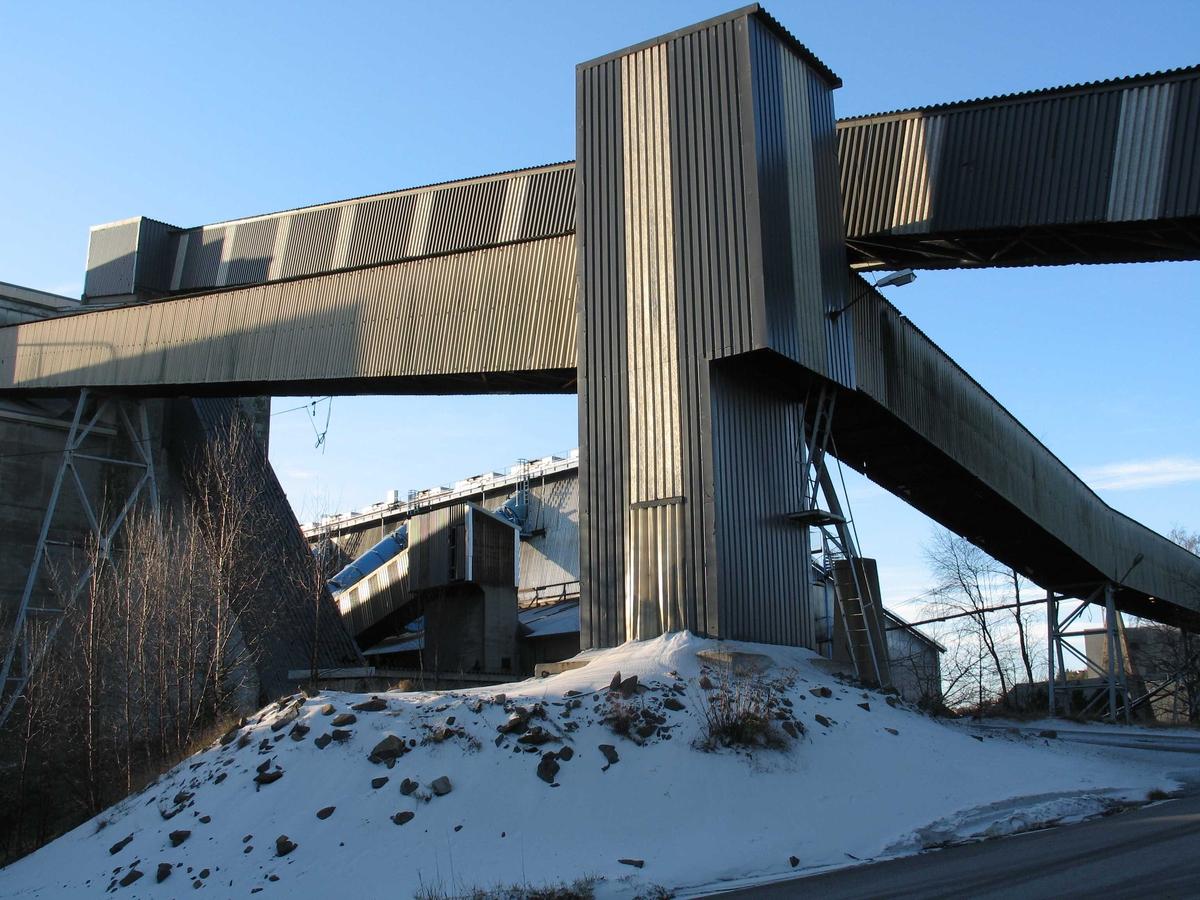 Arendal Smelteverk. Knekken på transportbåndet var et landemerke på smelteverkets område.