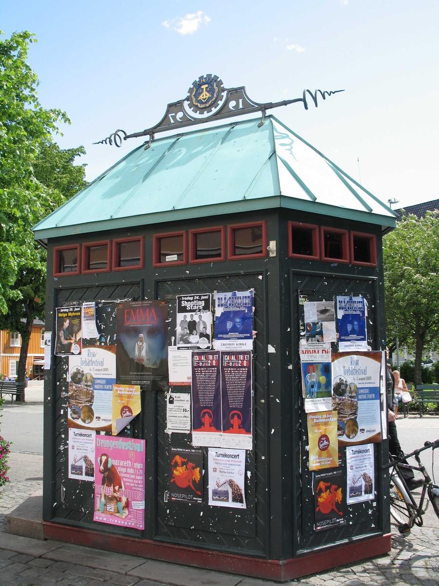 Plakatkiosken på Kanalplassen i Arendal. Plakat bl.a. for Canal Street 2005.