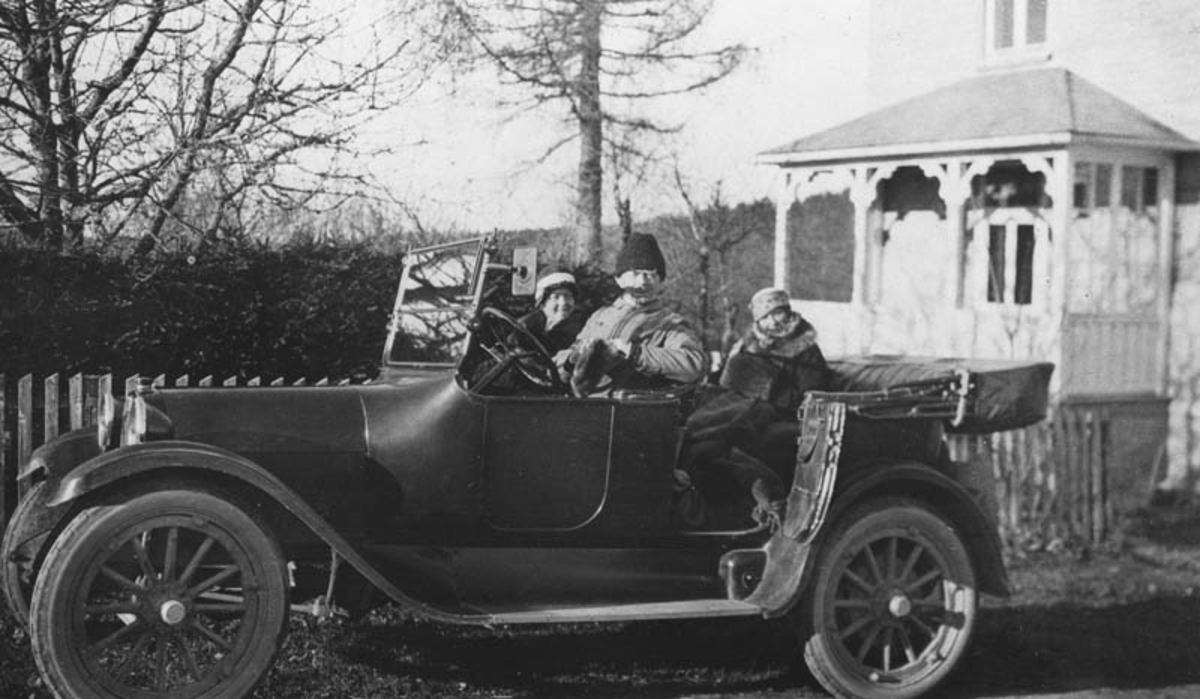 Dr. og fru Eger med følge i bil ved Enebakk legebolig.