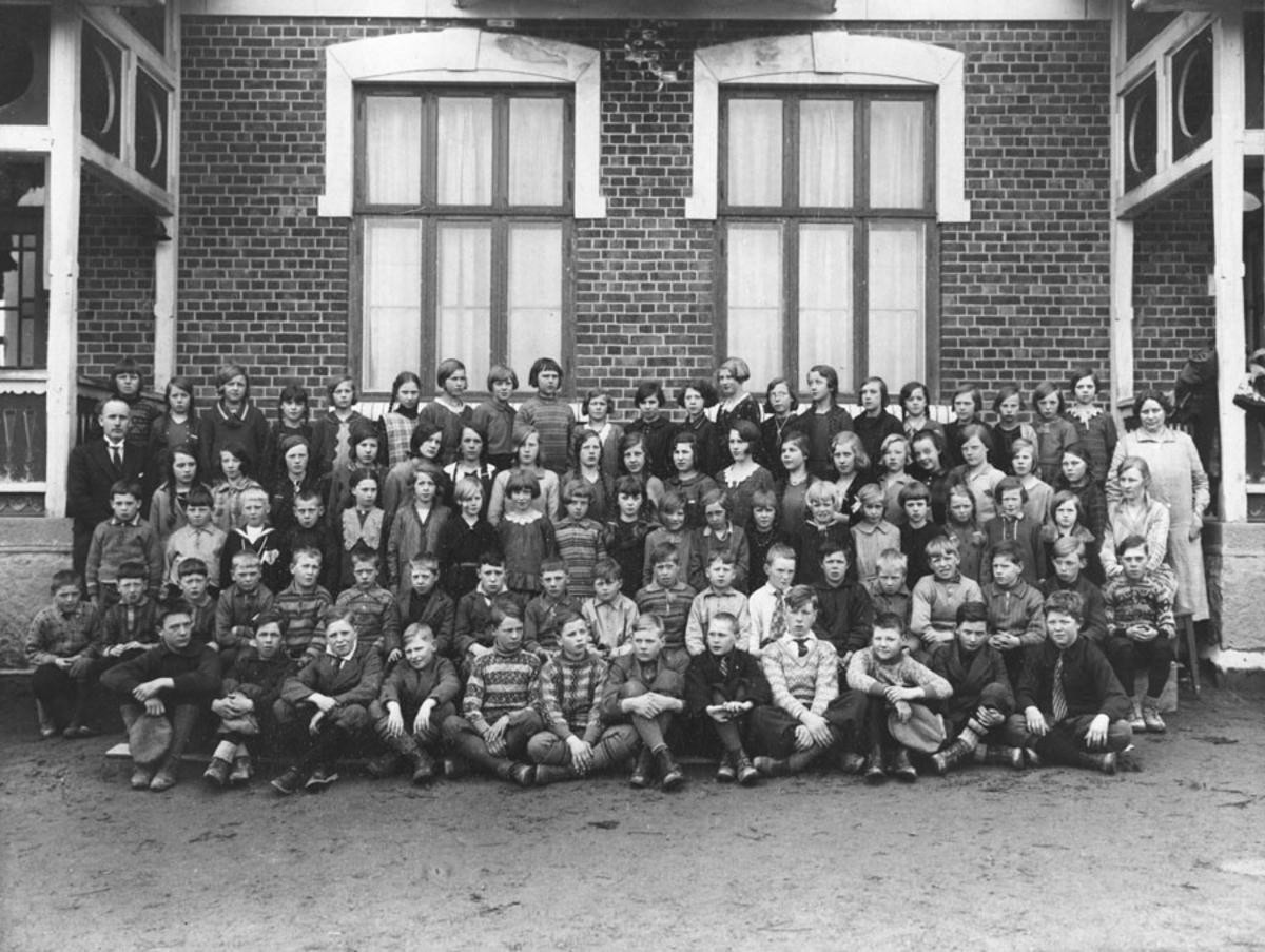 Hele Kråkstad skole med lærere