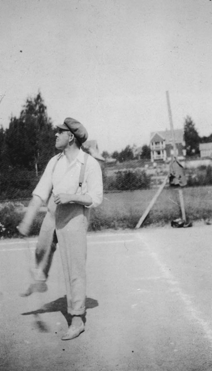 Fra tennisbanen syd for uthuset på Vanaheim. En mannlig spiller.