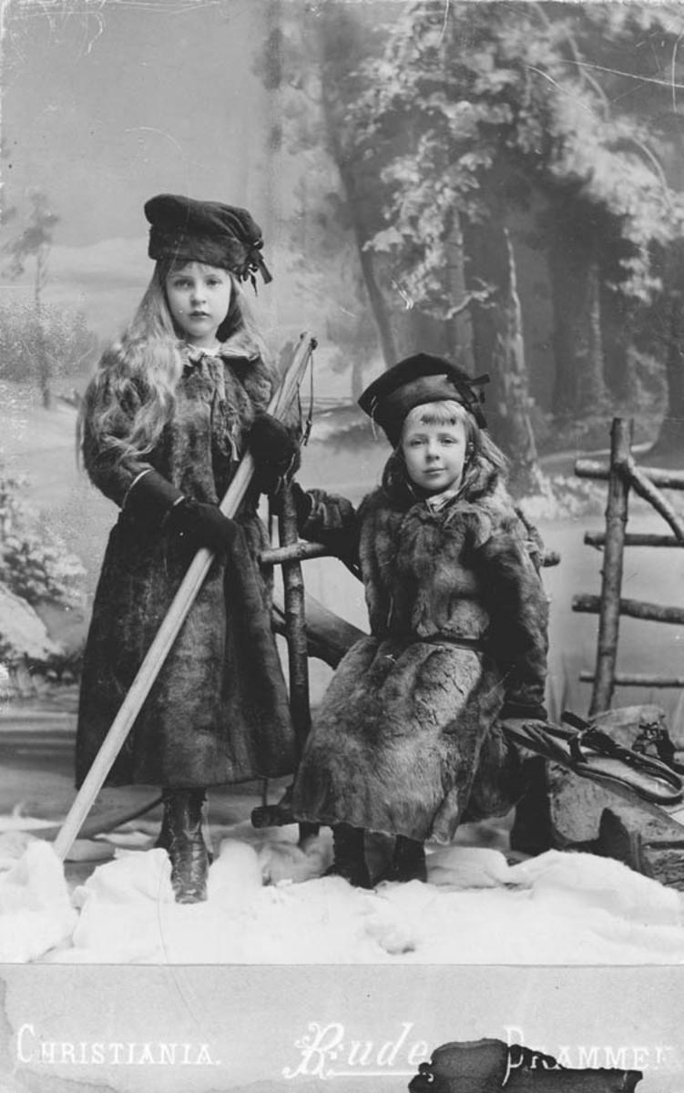 Døtrene til dr. Klouman (stående: Jonna Ulrica, Else Marie.