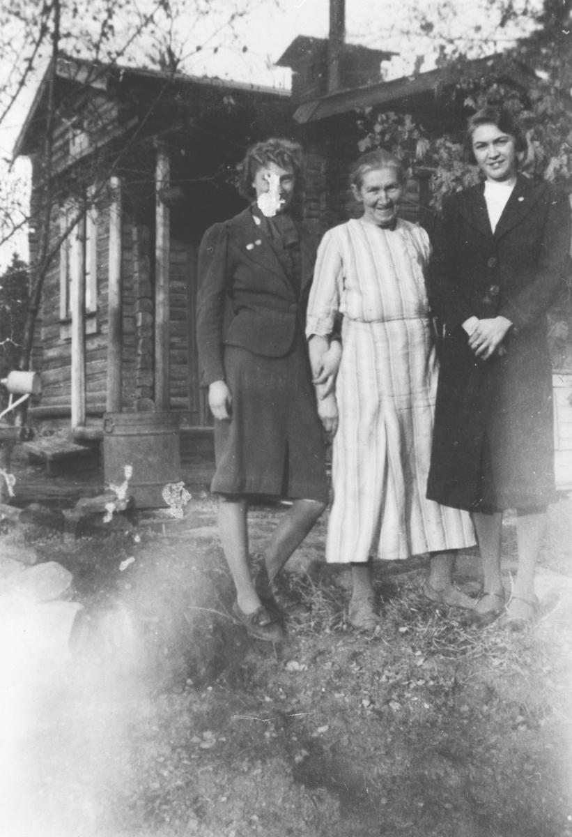 Skomaker Martinsen familie. En eldre kvinne og to yngre.