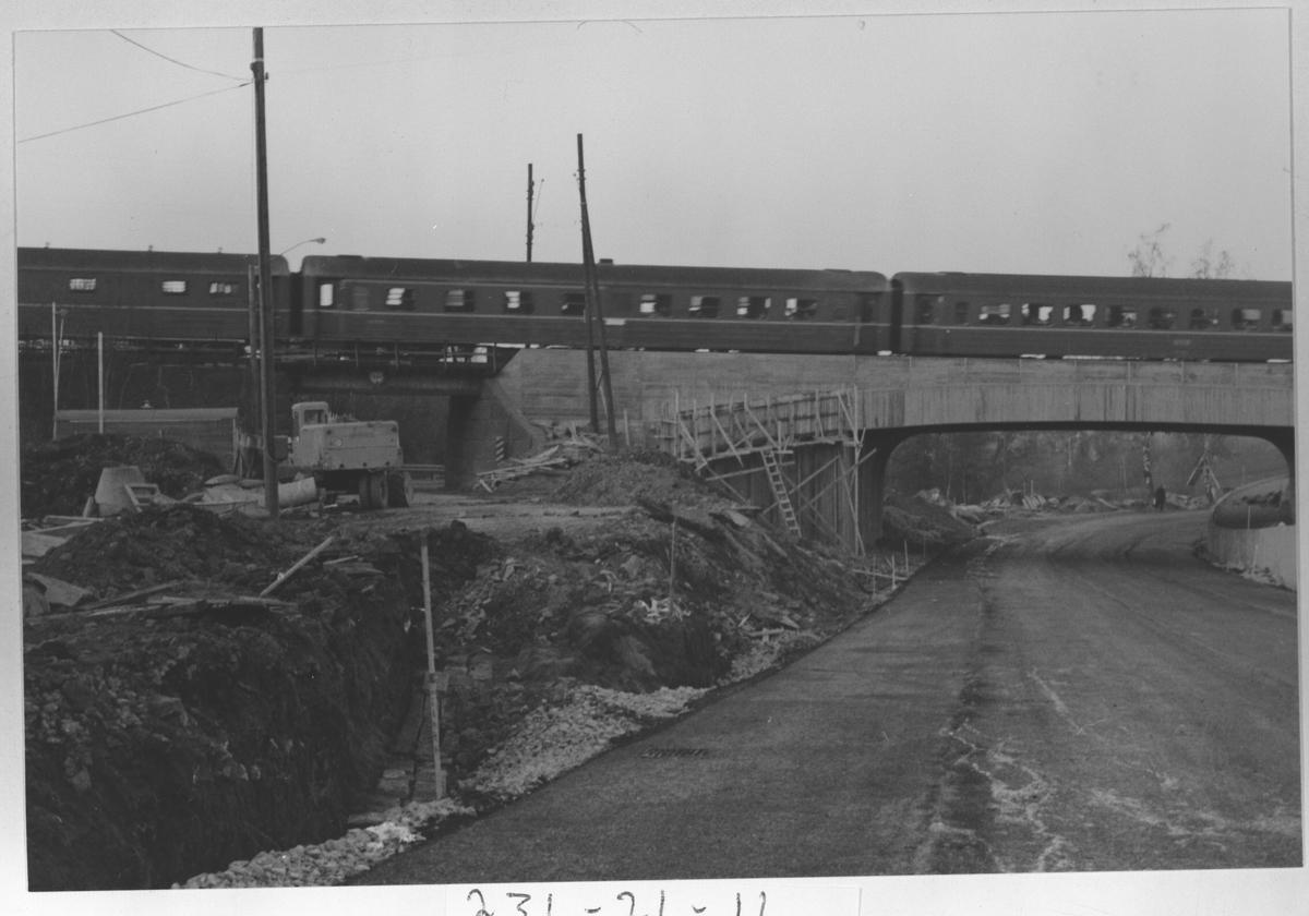 Jernbanebrua i Strømmen Den nye undergangen i Sagdalen under bygging 1973. Til venstre sees den gamle undergangen. Gisledal mølle skimtes i bakgrunnen.