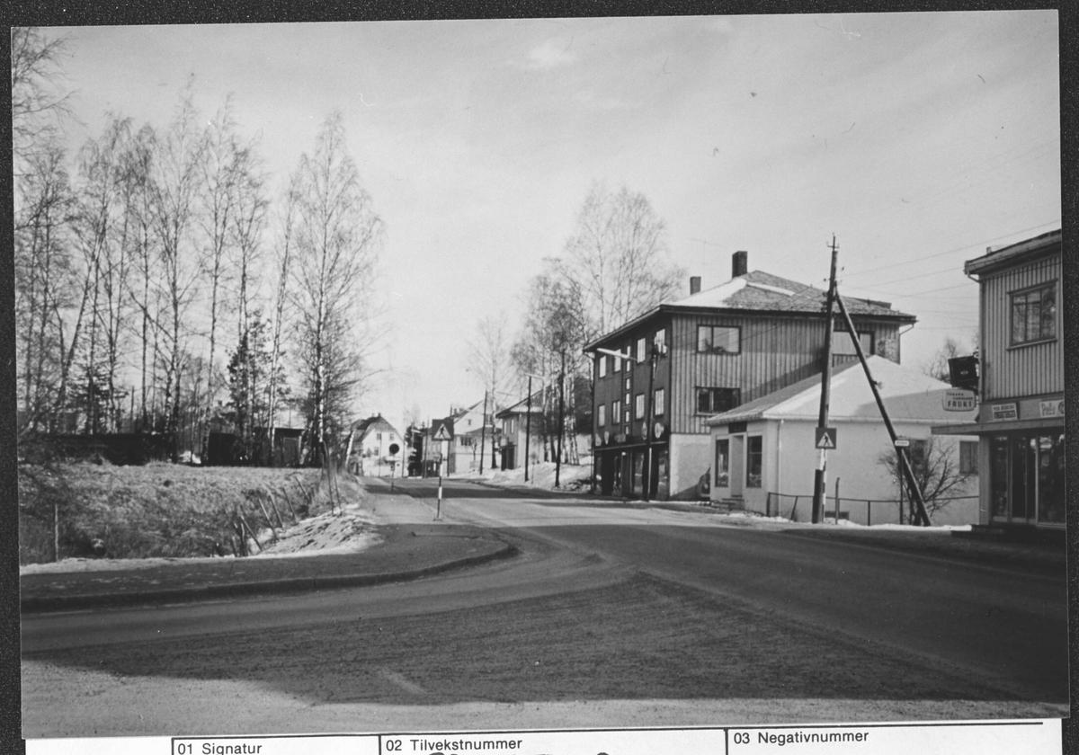 Parti fra Strømmen. Andre opplysninger se vedlegg. Til venstre del av Støperiløkka? På høyre side hjørenet av Hoberggården (klær og skotøy), Fiskebua (Fiskehandler), Imbsengården (klær)
