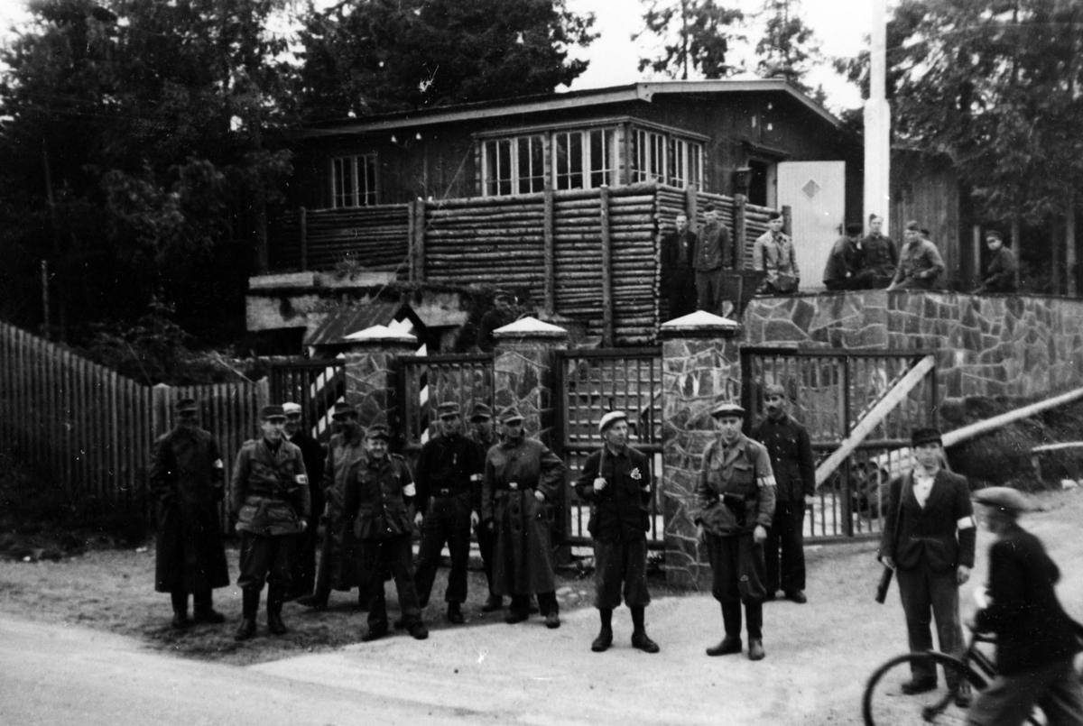 Millitært personell ved inngangen til Jessheimleiren (nå Jessheim videregående skole), midt i Bekkebakken.
